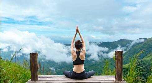 490x yoga beneficios dreamstime